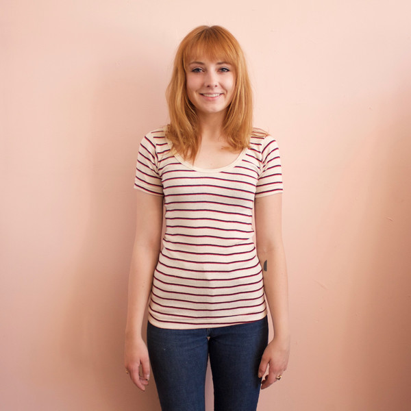 Curator Maisie tee - red