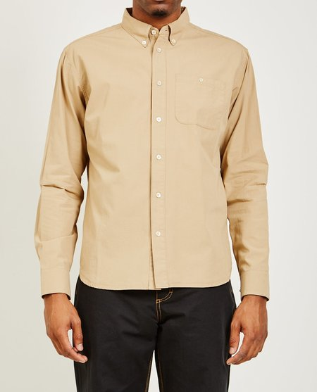 A Kind of Guise PERMANENTS BUTTON DOWN - WASHED CAMEL