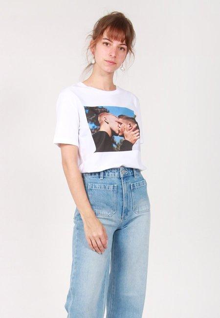 Unisex Idea Alasdair McLellan British Summer The Kiss T-Shirt - White