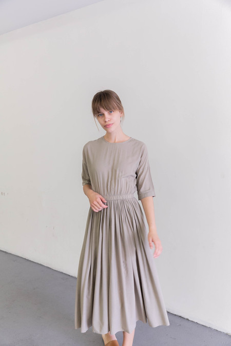 BLACK CRANE PLEATED DRESS - SAND