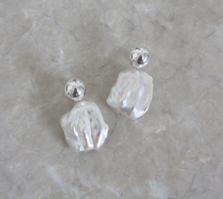 YUUN Square Galene Earrings - Silver/Pearl