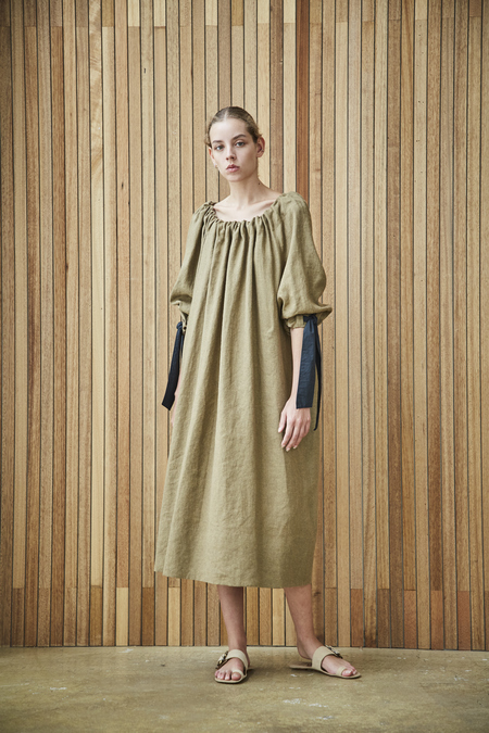 Maison De Ines GATHERED NECK DRESS WITH RIBBON DETAIL - khaki brown