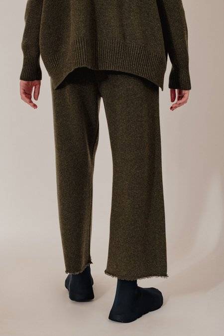 Unisex Oyuna Lak Knitted Cashmere Cropped Trousers - Olive