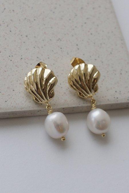Descendant Shell Pearl Earrings - Gold