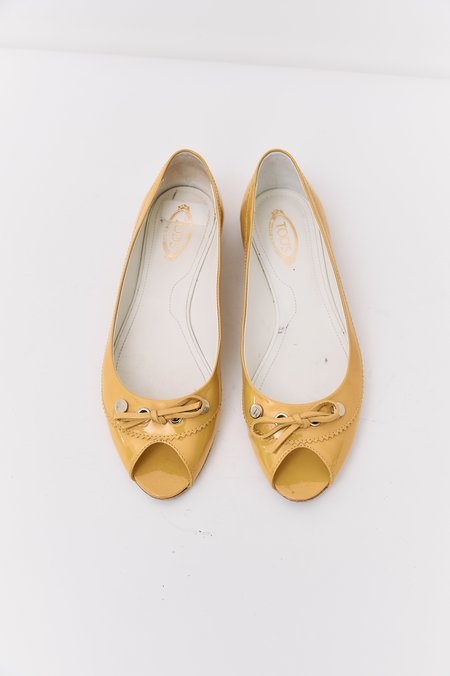 pre-loved Tod's Patent Leather Flats - yellow