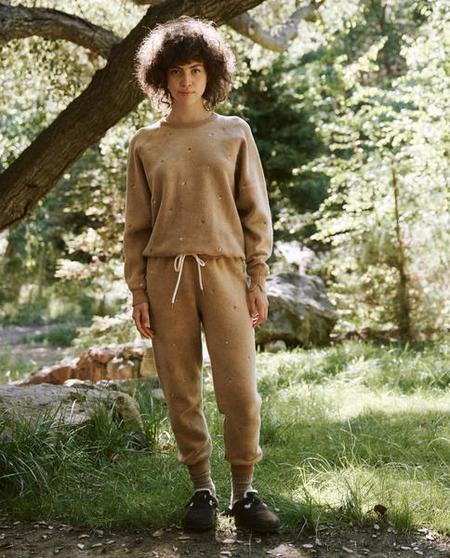The Great. The Sherpa Cropped Ditsy Floral Embroidery Sweatpant - Light Cider