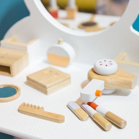 kids Make Me Iconic Beauty Kit toy