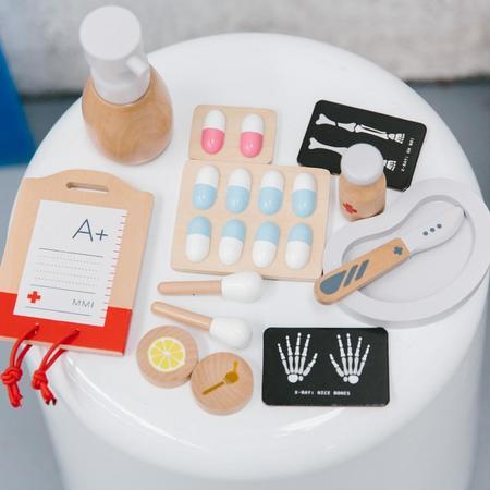 kids Make Me Iconic Surgeon Kit toy