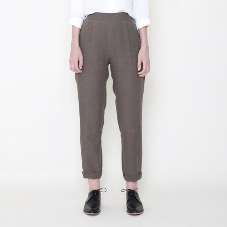 7115 by Szeki Signature Linen Relaxed Tapering Trouser - Moss
